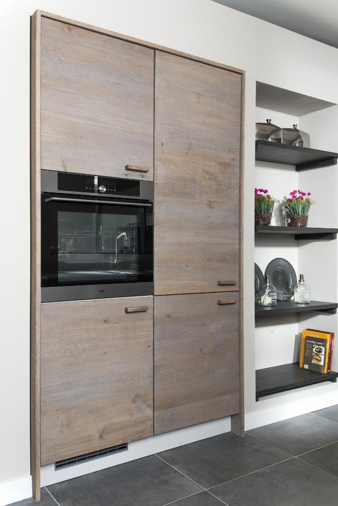 Houten keuken met grote kast met inbouwapparatuur - Long Island kitchens