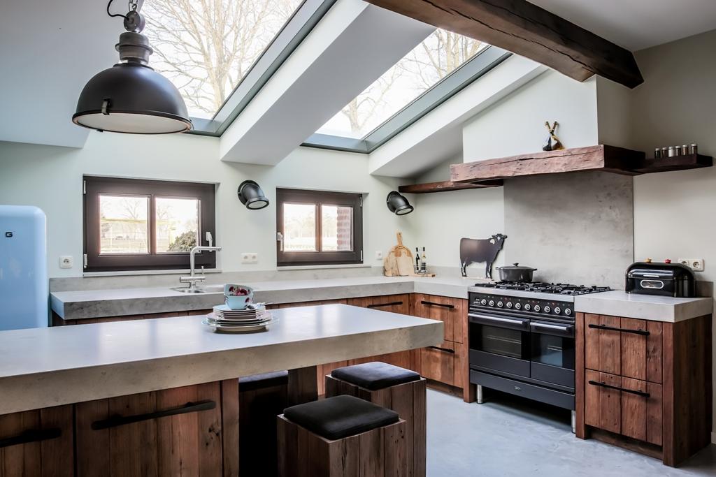 Handgemaakte Mereno keuken van oud hout met fornuis en vrijstaande koelkast. Keuken Worchester #mereno #keuken #houtenkeuken #tieleman