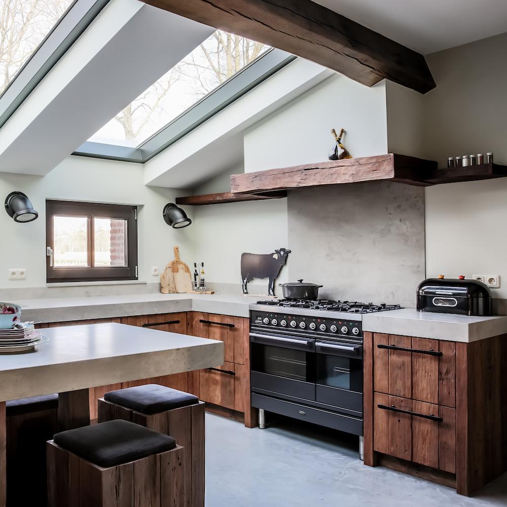 Prachtige houten keuken van Mereno met kookeiland #mereno #houtenkeuken #keuken #kookeiland #keukeninspiratie #landelijkwonen #landelijkestijl