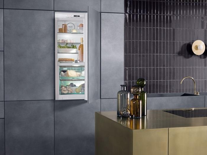 Moderne keuken met Miele inbouw koelkast in strakke kastenwand