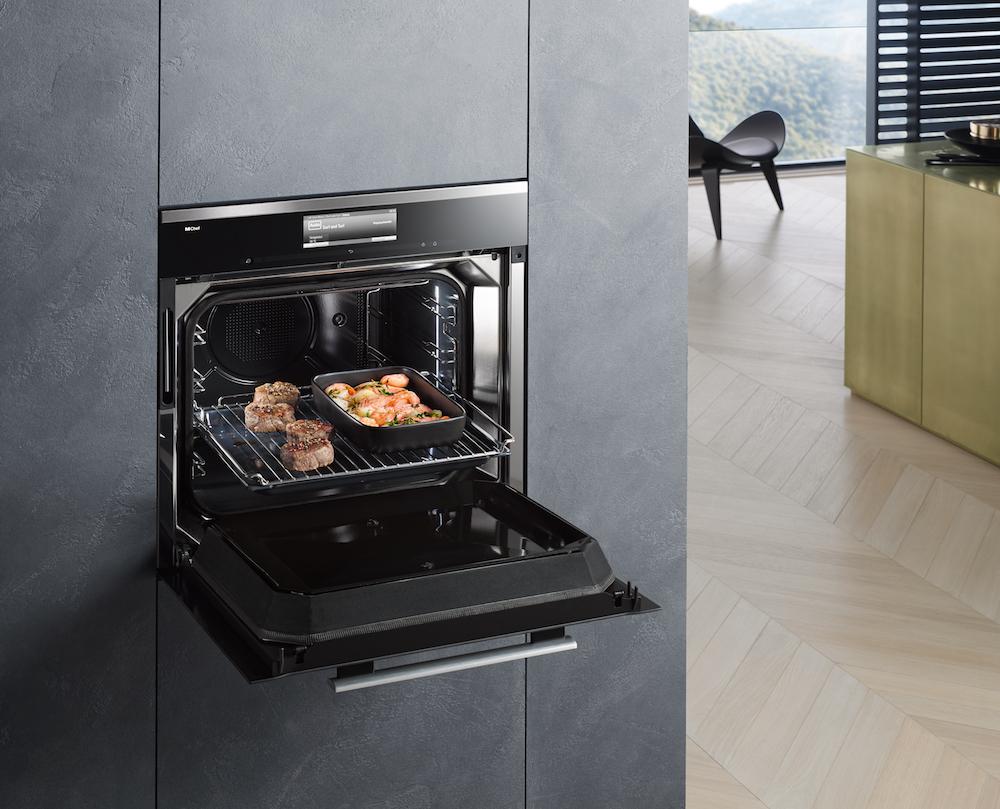 De nieuwe Miele Dialog oven heeft het uiterlijk van een bakoven, maar gebruikt een andere kooktechniek. Bij de nieuwste Miele oven wordt een techniek toegepast waarbij door middel van elektromagnetische golven intelligent op de consistentie van levensmiddelen wordt gereageerd.