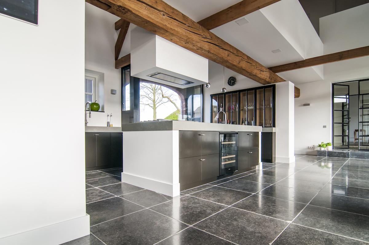 Moderne keuken met kookeiland en Miele inbouwapparatuur in landelijke woonstijl via Goossens Keukens  #keuken