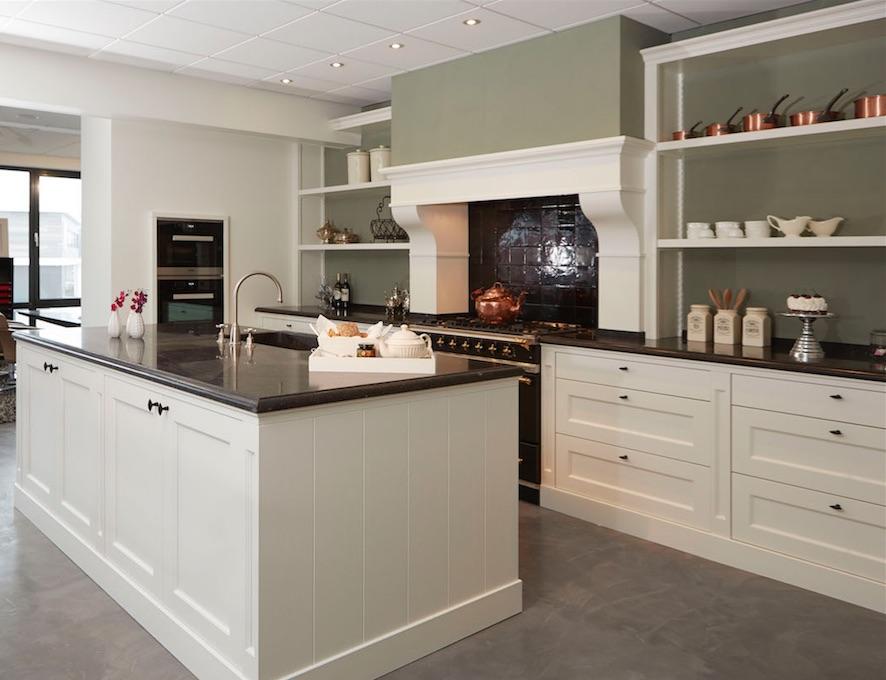Klassieke keuken met fornuis en keukeneiland voorzien van moderne Miele keukenapparatuur via Harold Lenssen