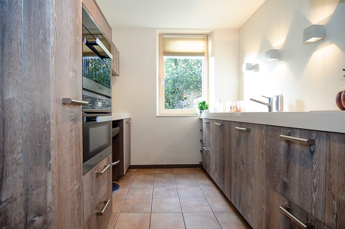Stoere eikenhouten keuken whitewash met moderne Miele keukenapparatuur via Keukenstudio Carmen