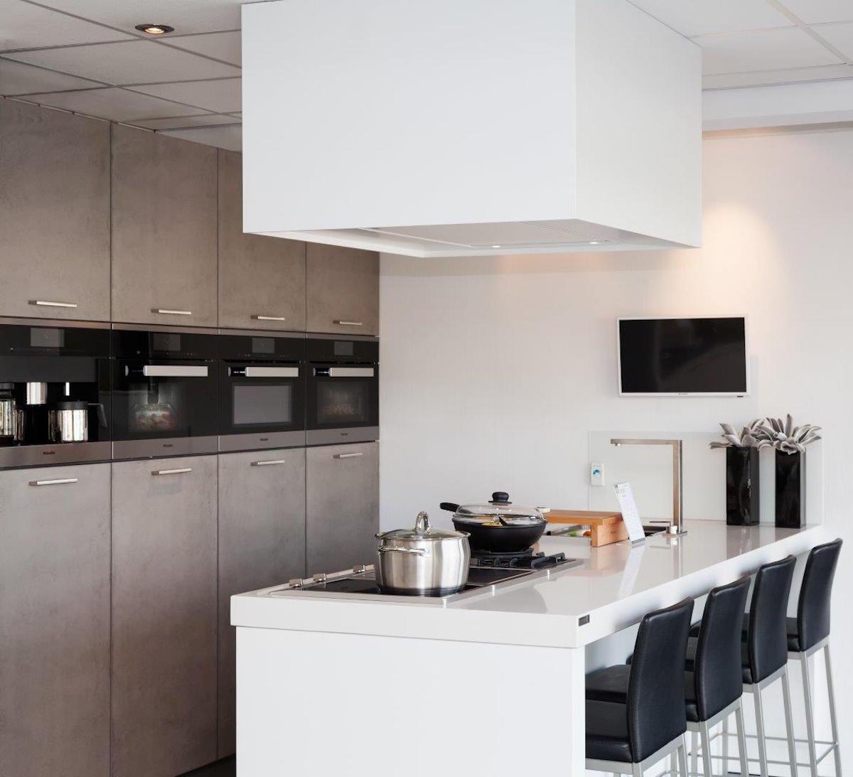 Moderne keuken met it kookeiland en miele apparatuur via Van Ginkel