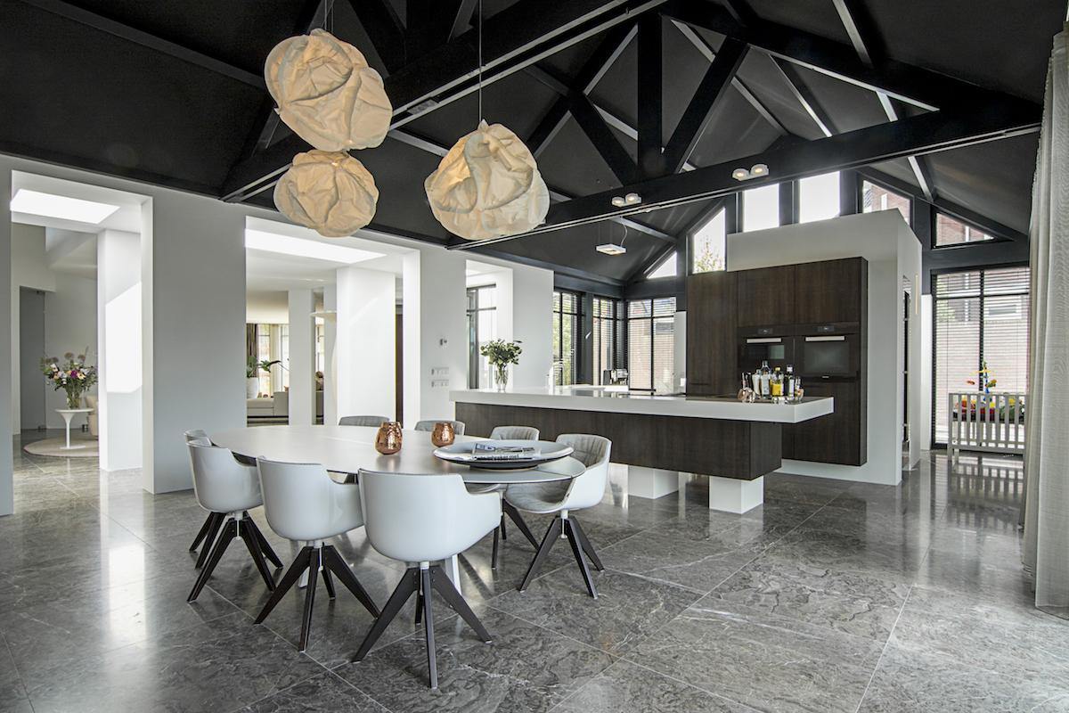 10 keukentrends voor een stijlvolle keuken volgens de keukenexperts van Miele. Koken en wonen in 1 leefruimte is de trend. Woonkeuken met Miele apparatuur via Aswa keukens #keuken #woonkeuken #miele #keukentrends