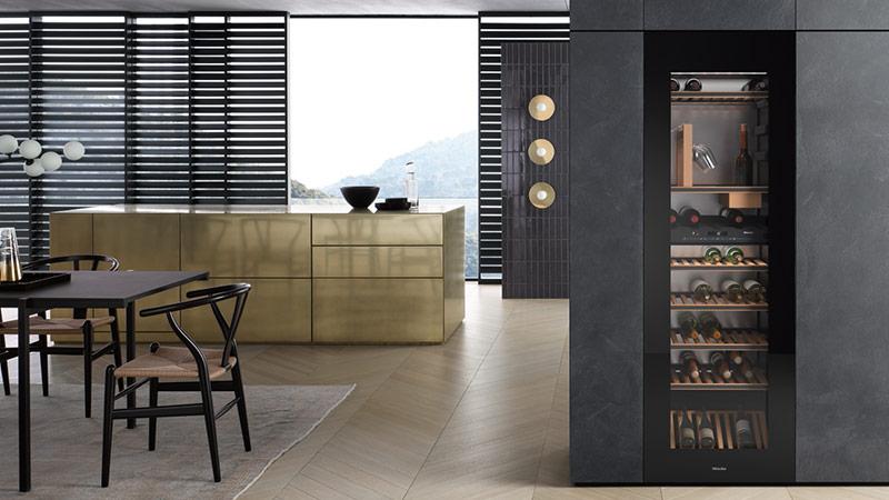 De nieuwe wijnklimaatkast van Miele is 1.78 meter hoog en biedt ruimte aan maarliefst 83 flessen. Met SommelierSet! #wijnklimaatkast #miele
