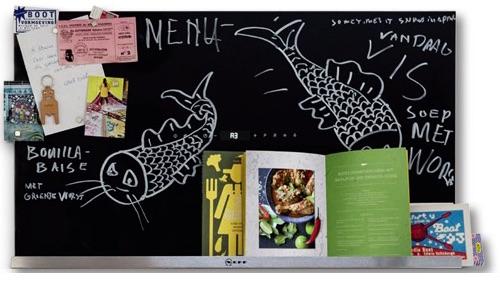 Decoratieve afzuigkap van Neff met krijtbord, boekenplank en AmbientLight #keuken
