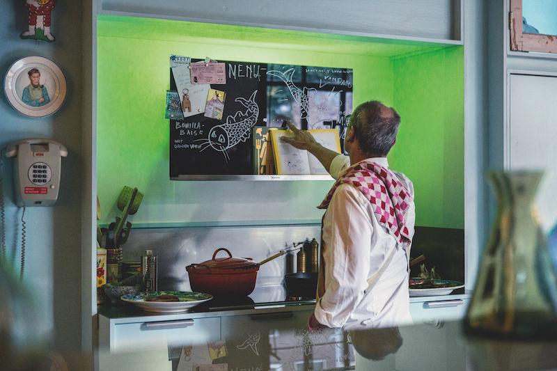 Decoratieve afzuigkap van Neff met krijtbord, magneetbord, boekenplank en AmbientLight #keukens #koken #neff