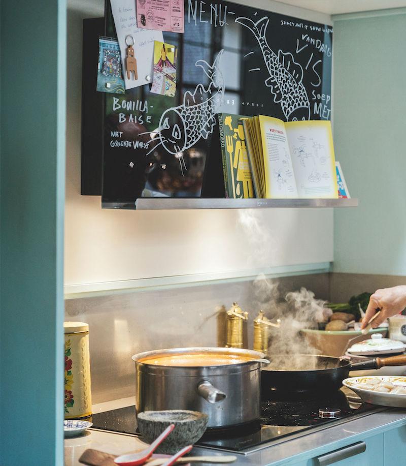 Afzuigkap met magneetbord, krijtbord, boekenplank en 31 verschillende kleuren AmbientLight - decoratieve wandkap van Neff #keukens #keukenideeen #krijtbord