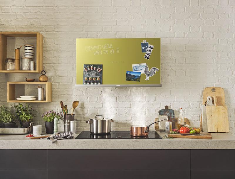 Decoratieve afzuigkap van Neff met magneetbord en boekenplank in kleur #keuken #keukenideeen #afzuigkap #neff