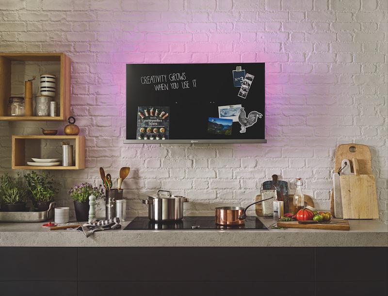 Decoratieve afzuigkap met krijtbord, magneetbord, boekenplank en verschillende kleuren AmbientLight #keuken #keukenideeen #krijtbord #neff