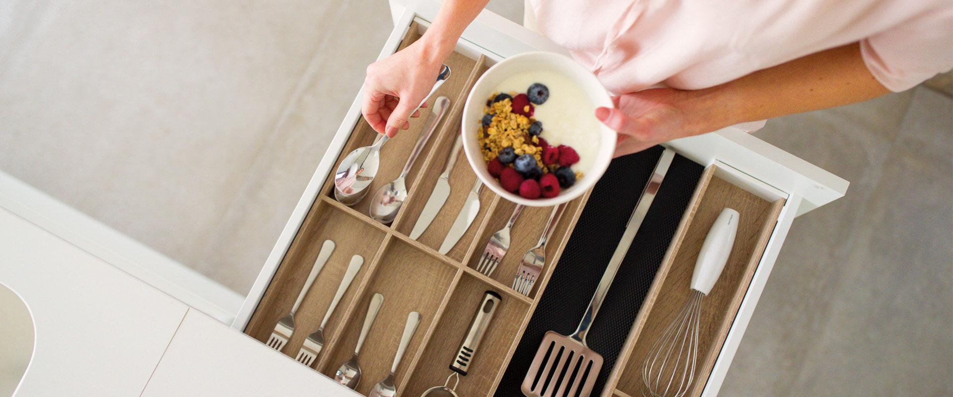Hoogwaardige lade-indelingen voor je keuken #keuken #keukenidee #opbergen #ladeindeling #afvallade #besteklade #orgalux