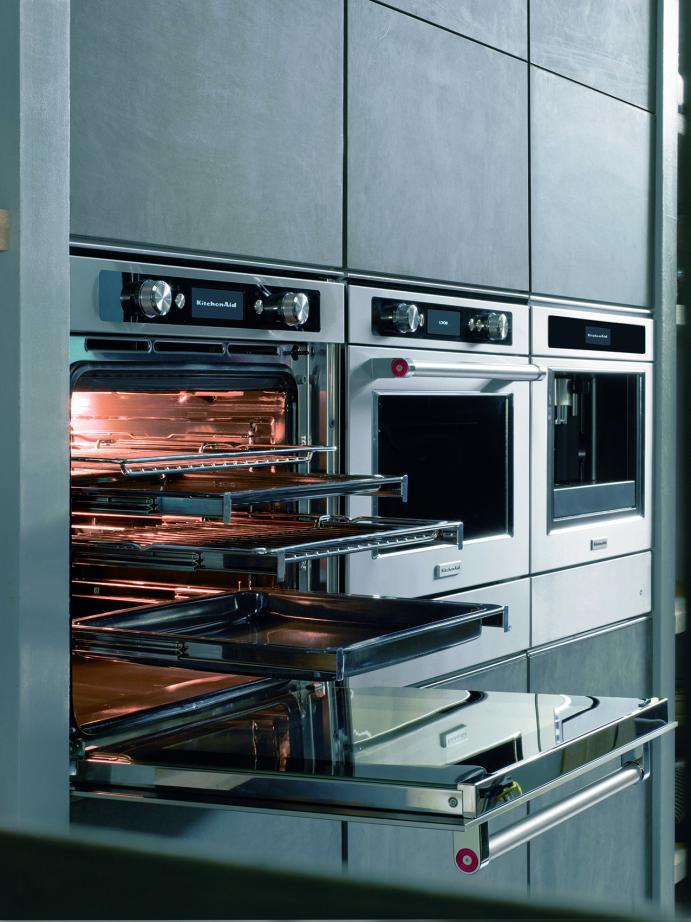 De KitchenAid multifunctionele ovens bieden tot zestien professionele functies: zes braadfuncties voor de perfecte rosbief, kalfsvlees, varkensvlees of gevogelte. Vijf bakkerijfuncties voor deegbereidingen van onder meer brood en pizza. En vijf patisserie-functies voor croissants, biscuitgebak, taarten en zandkoekjes. Ontdooien, warm houden en deeg rijzen zijn andere specifieke functies die de ovens nog veelzijdiger maken.