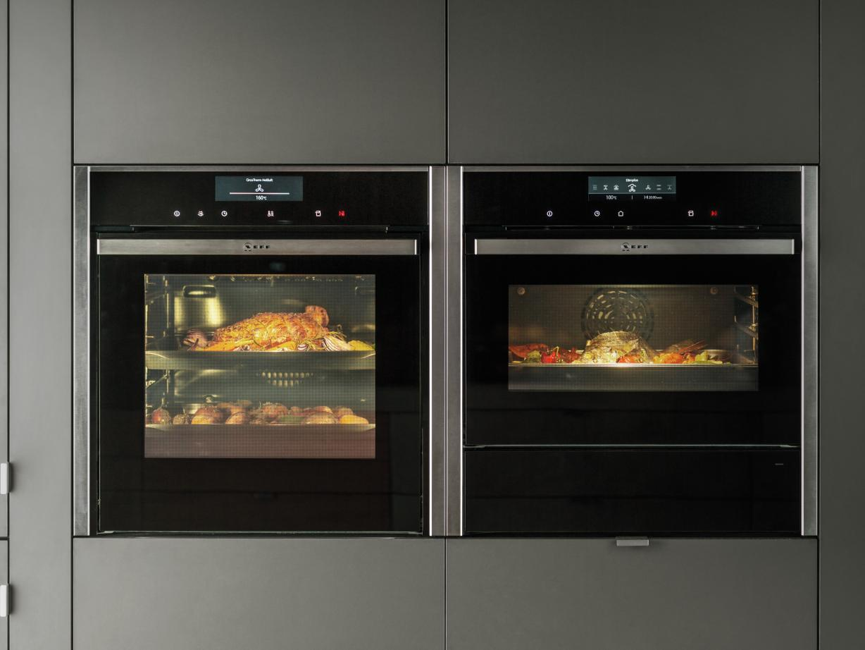 De nieuwe ovenlijn van Neff. In deze serie zijn grote oppervlakken van zwart glas aangebracht als subtiele accenten in de keuken. Het bedieningspaneel en de deur zijn geïntegreerd tot één geheel.