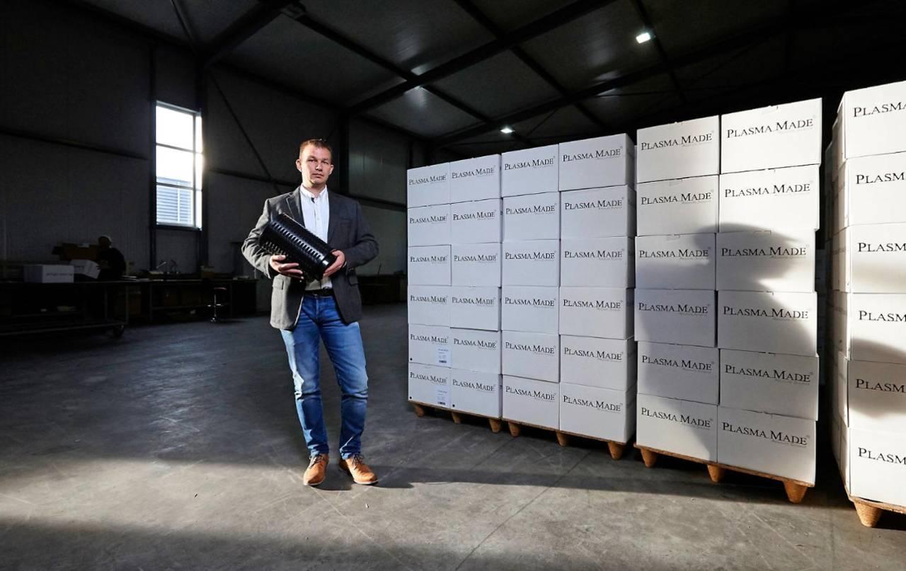 Martin van der Sluis met PlasmaMade filter voor afvoerloze afzuigkap - innovatief recirculatie-filter voor schone lucht