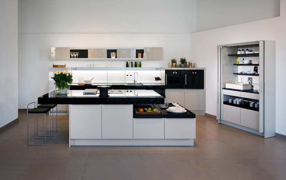 Witte keuken van Poggenpohl met functionele +STAGE keukenkast. Deze kast heeft de Plus X Award 2016 voor innovatie, design en functionaliteit gewonnen #keuken #design