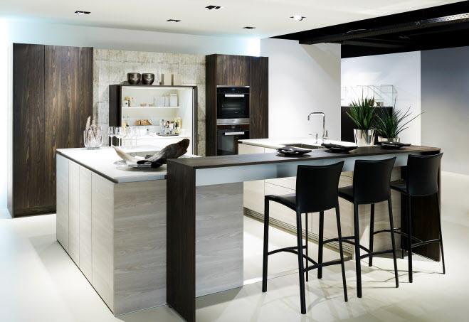 Designkeuken met kookeiland, bar en functionele themakast +STAGE van Poggenpohl in zilver essen met nieuwe decorprint #keuken #2017