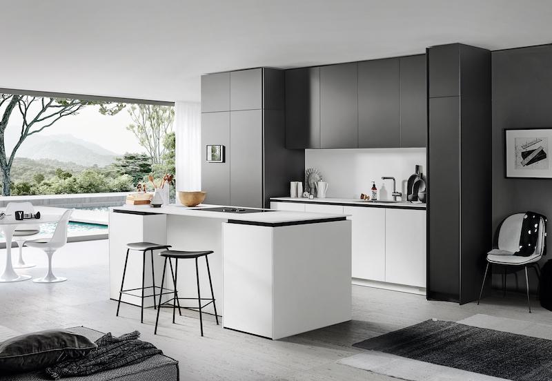 Witte keuken met zwarte achterwand. Poggenpohl +Segmento Y designkeuken met vrij te combineren witte, grijze en zwarte vlakken #keuken #designkeuken #wittekeuken #keukeninspiratie #kookeiland #poggenpohl #segmentoy
