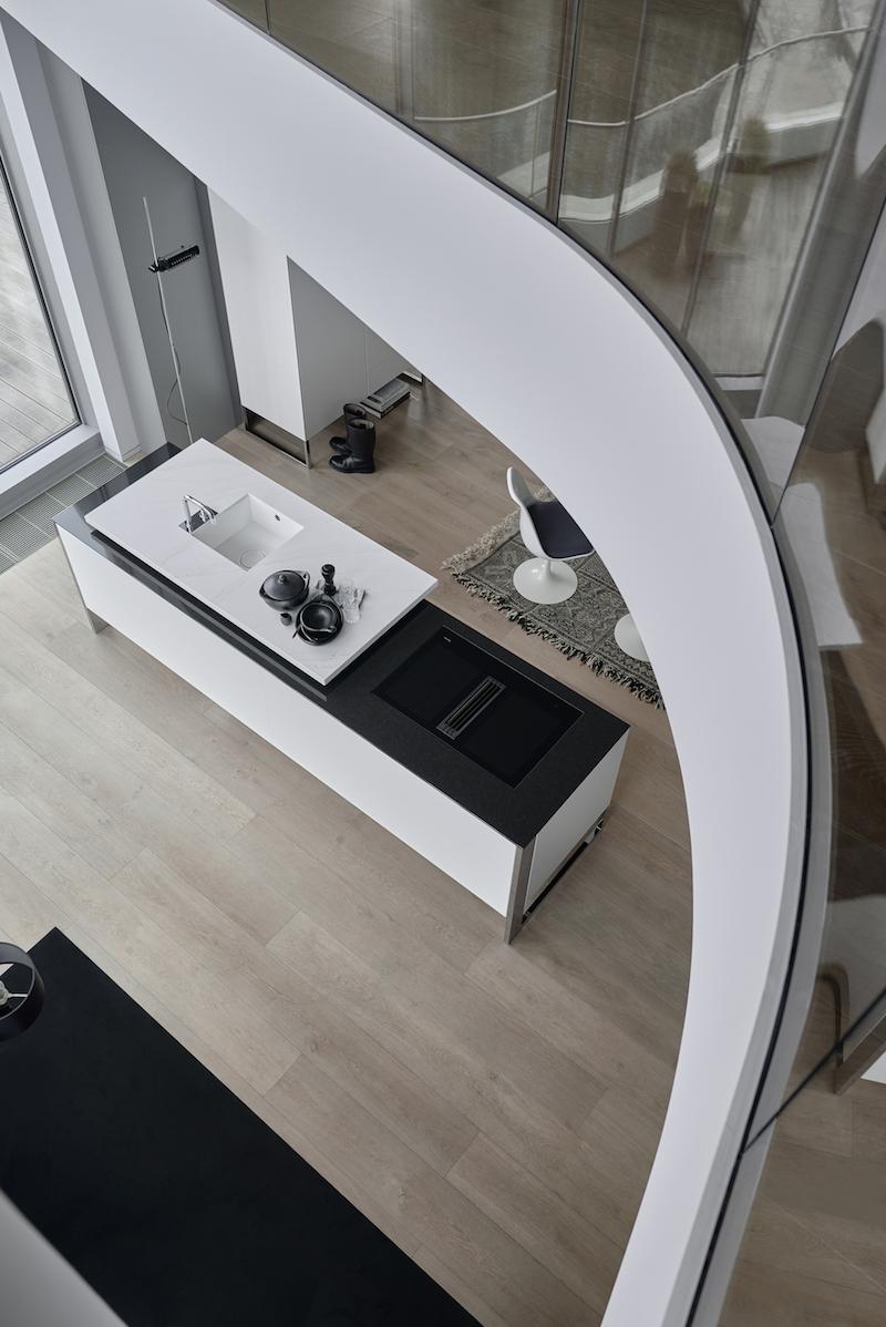 Interieur met multifunctioneel keukenmeubel - kookeiland +VENOVO van Poggenpohl. Design voor moderne keuken met stijlvol en zwevend meubel #poggenpohl #venovo #kookeiland #keukeneiland #keukenmeubel #keuken #keukeninspiratie #keukendesign #design