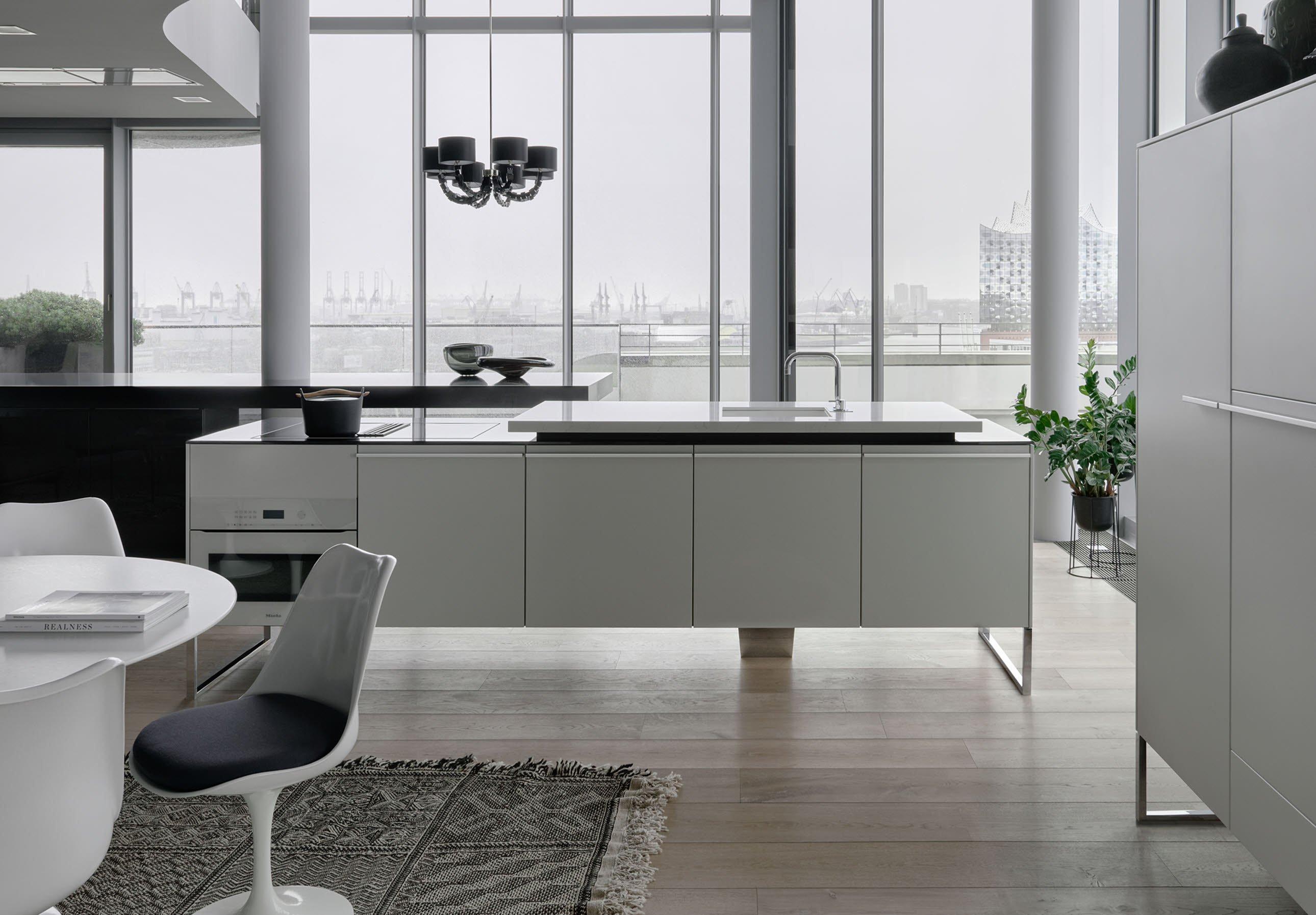 Interieur met multifunctioneel keukenmeubel - kookeiland +VENOVO van Poggenpohl. Design voor elke interieurstijl met stijlvol en zwevend meubel #poggenpohl #venovo #kookeiland #keukeneiland #keukenmeubel #keuken #keukeninspiratie #keukendesign #design