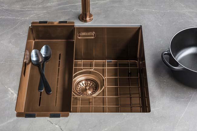 Kleur in de keuken met de nieuwste spoelbakken van Reginox in kleuren als Copper, Gold en Black Silvery. Spoelunit Miami Copper #keuken #keukeninspiratie #spoelbak #kleur #reginox
