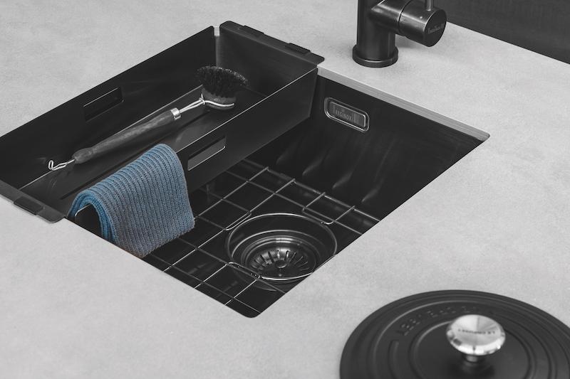 Zwart in de keuken met de nieuwste spoelbakken van Reginox. Spoelunit Miami Gun Metal #keuken #keukeninspiratie #spoelbak #kleur #reginox