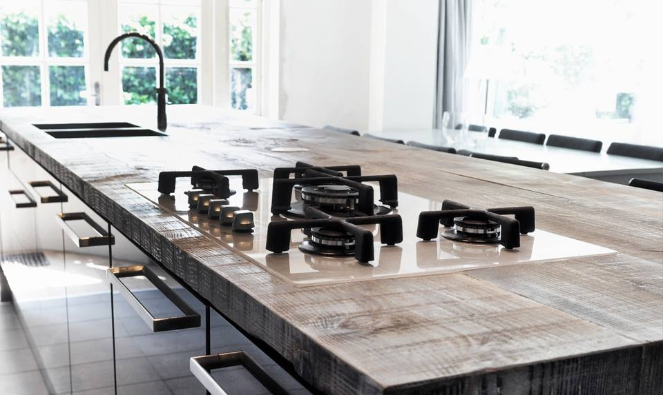 Kookeiland in sloophouten Barnwood keuken via RestyleXL