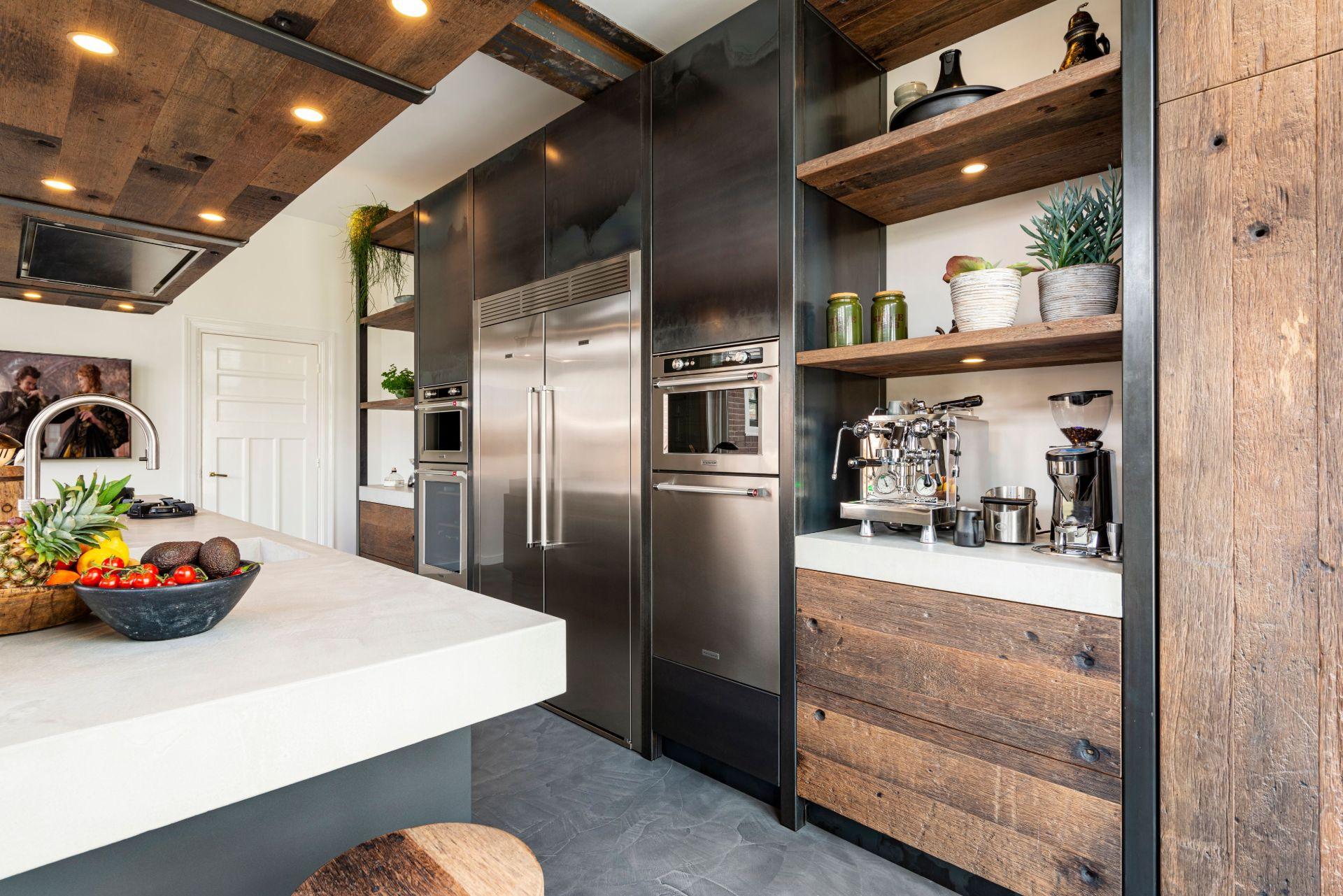Industriele keuken hout en staal van RestyleXL. KitchenAid PittCooking Quooker #keuken