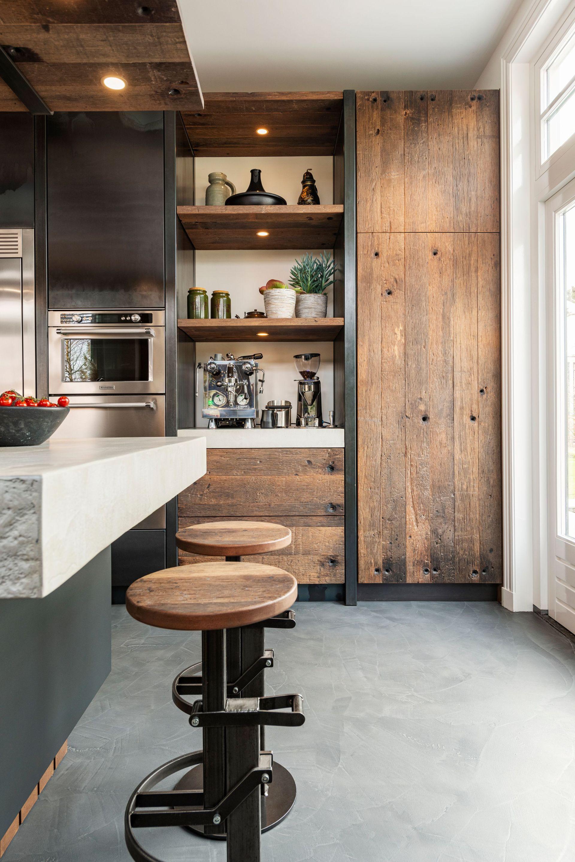 Industriele keuken hout en staal van RestyleXL. Industriële krukken aan kookeiland. KitchenAid apparatuur #restylexl #keuken
