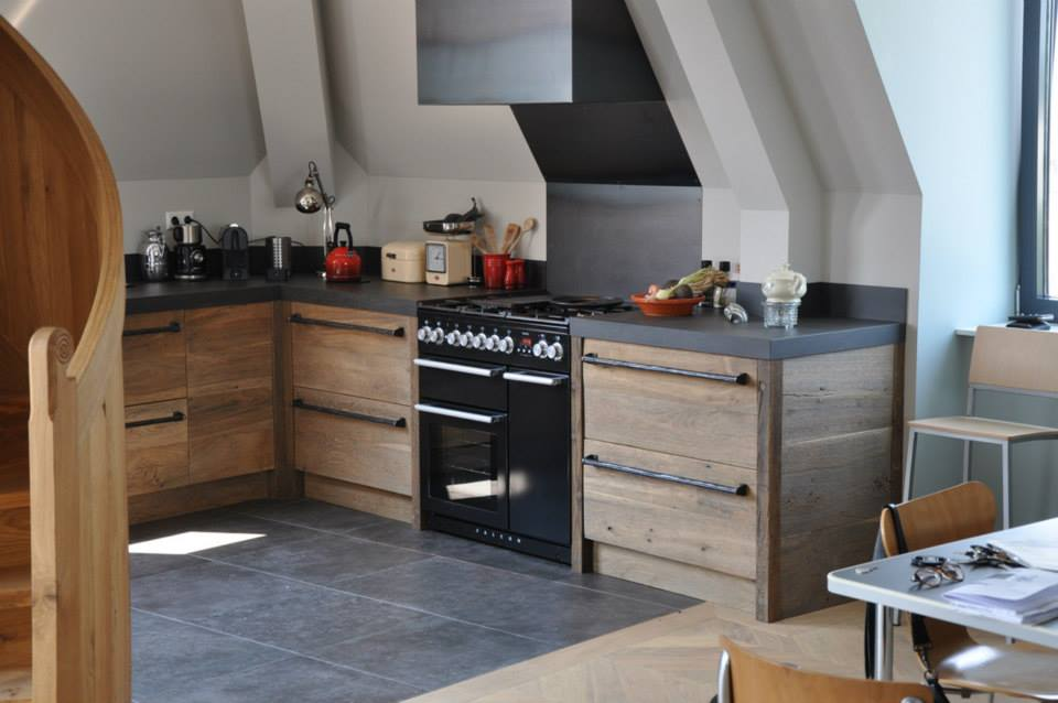 Deze schitterende keuken van RestyleXL is gemaakt van meer dan 150 jaar oud eikenhout uit een burgemeesterswoning in voormalig Joegoslavië. Met Falcon fornuis met twee ovens.