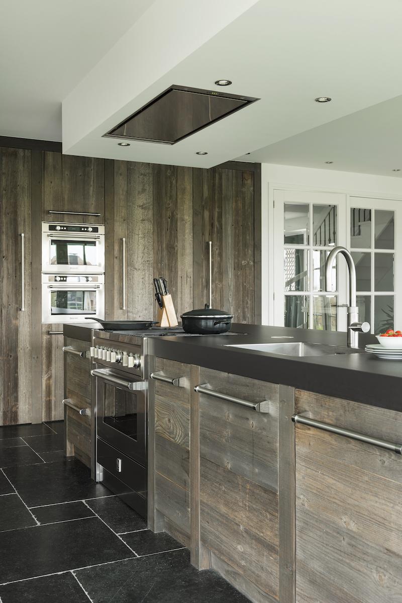 Houten keuken van RestyleXL met kookeiland en Italiaans Steel fornuis, hoge houten kastenwand, inbouwapparatuur van KitchenAid en Quooker Flex kraan #steel #restylexl #houtenkeuken #keuken #quooker #kitchenaid