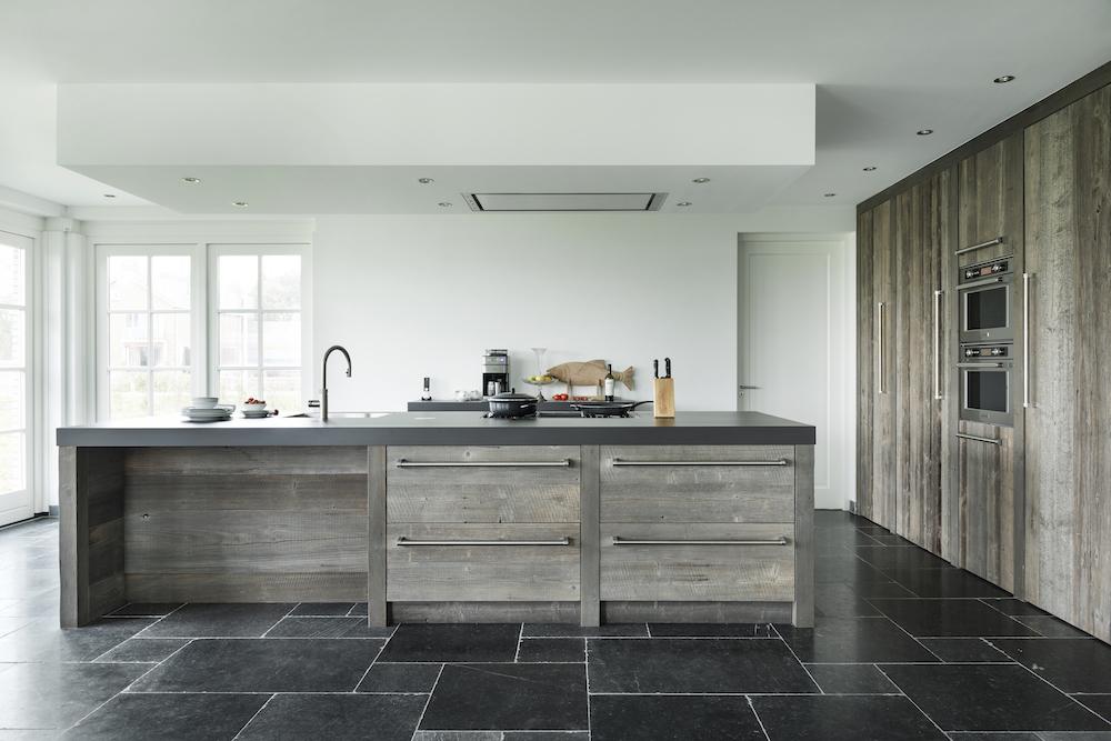 Houten keuken van RestyleXL met kookeiland, hoge houten kastenwand, inbouwapparatuur van KitchenAid en Quooker Flex kraan #restylexl #houtenkeuken #keuken #quooker #kitchenaid