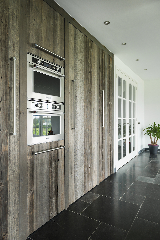 Houten keuken van RestyleXL met hoge houten kastenwand, inbouwapparatuur van KitchenAid inbouwapparatuur #restylexl #houtenkeuken #keuken #kitchenaid