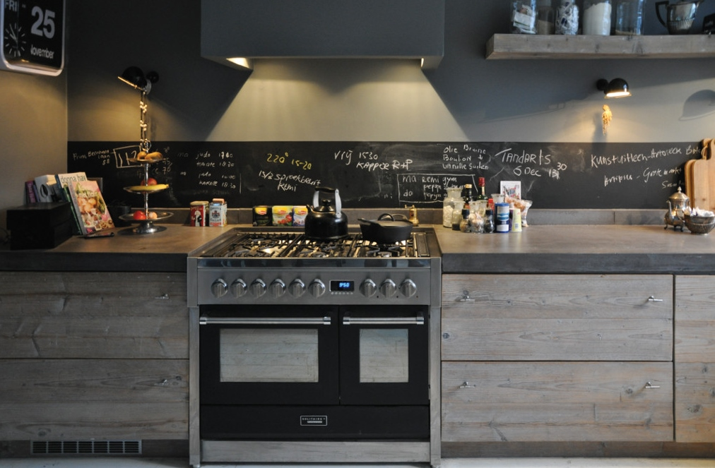 Sloophouten keuken met fornuis van RestyleXL