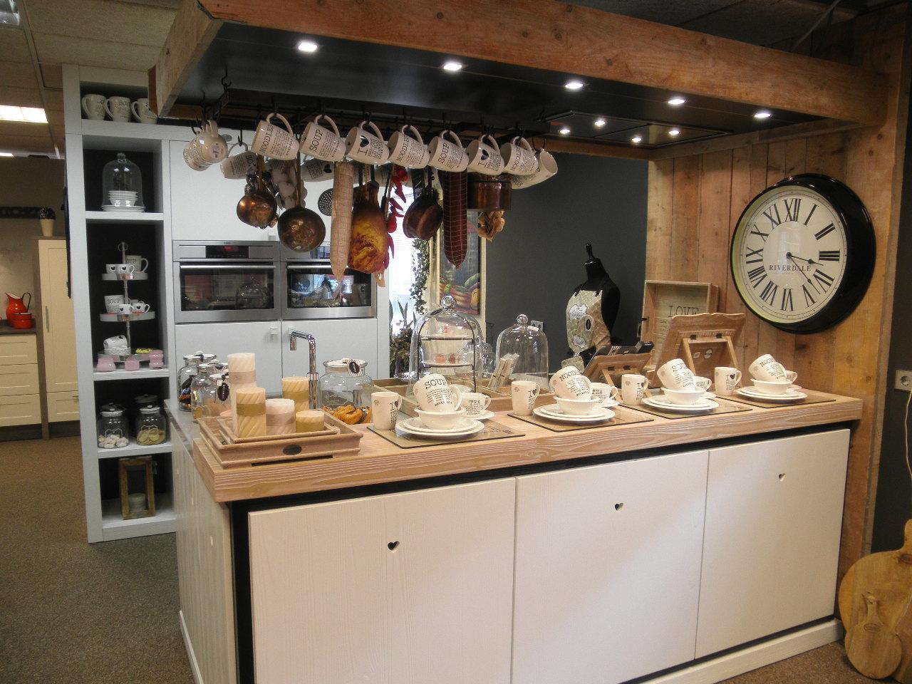 Riverdale keuken met servies