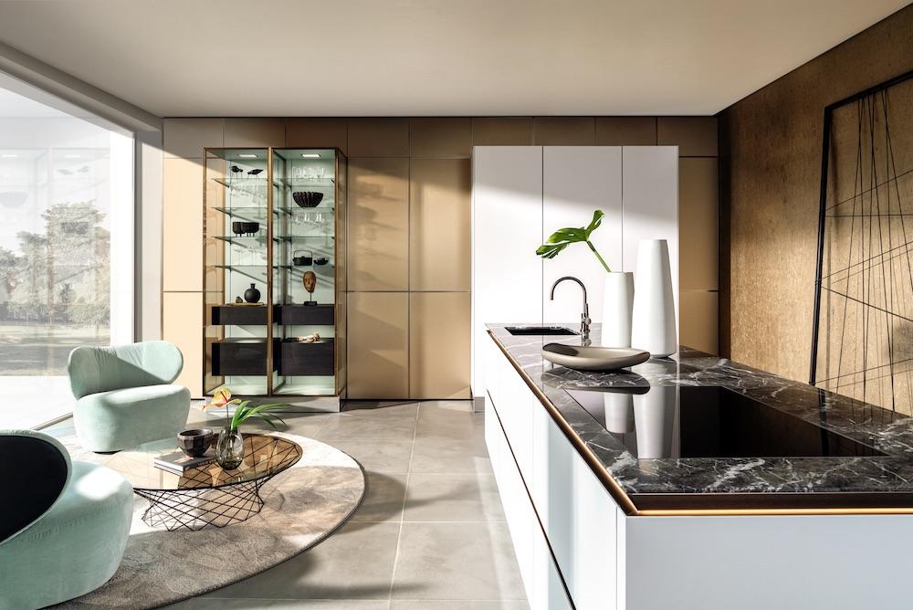 SieMatic keuken met kookeiland. Greeploze SieMatic SLX met glasvitrinekast #siematic #colors #glasvitrinekast #greeploos #design #keuken #kookeiland #keukeninspiratie