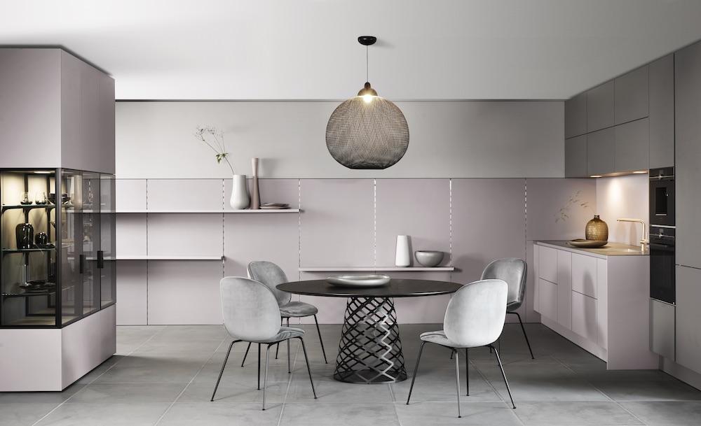 SieMatic keuken in steengrijs met paneelwandsysteem en glasvitrines #keuken #design #designkeuken #siematic #colors #glasvitrines #greeploos #interieur