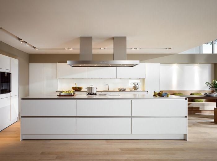 Moderne witte keuken met kookeiland en greeploze laden en kasten - SieMatic S2 Lifestyle PURE