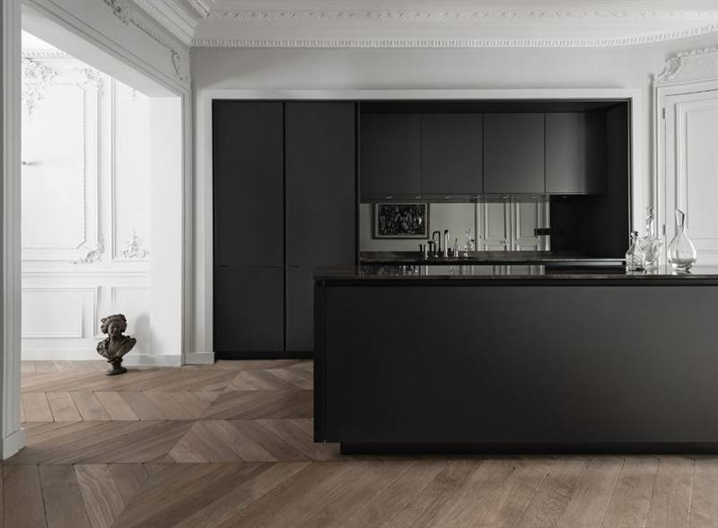 Klassiek interieur met warme houten vloer en zwarte greeploze keuken - SieMatic Pure S2
