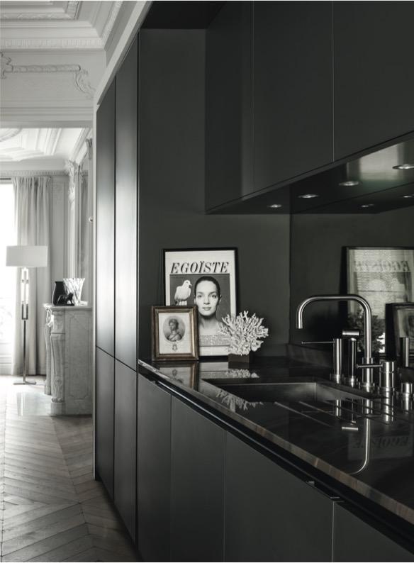 Zwarte minimalistische keuken SieMatic Pure in authentiek, klassiek appartement in Parijs #siematic #keuken #zwart #parijs