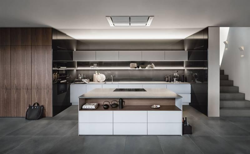 Witte SieMatic keuken met kookeiland en hoge houten kasten - SieMatic Lifestyle PURE