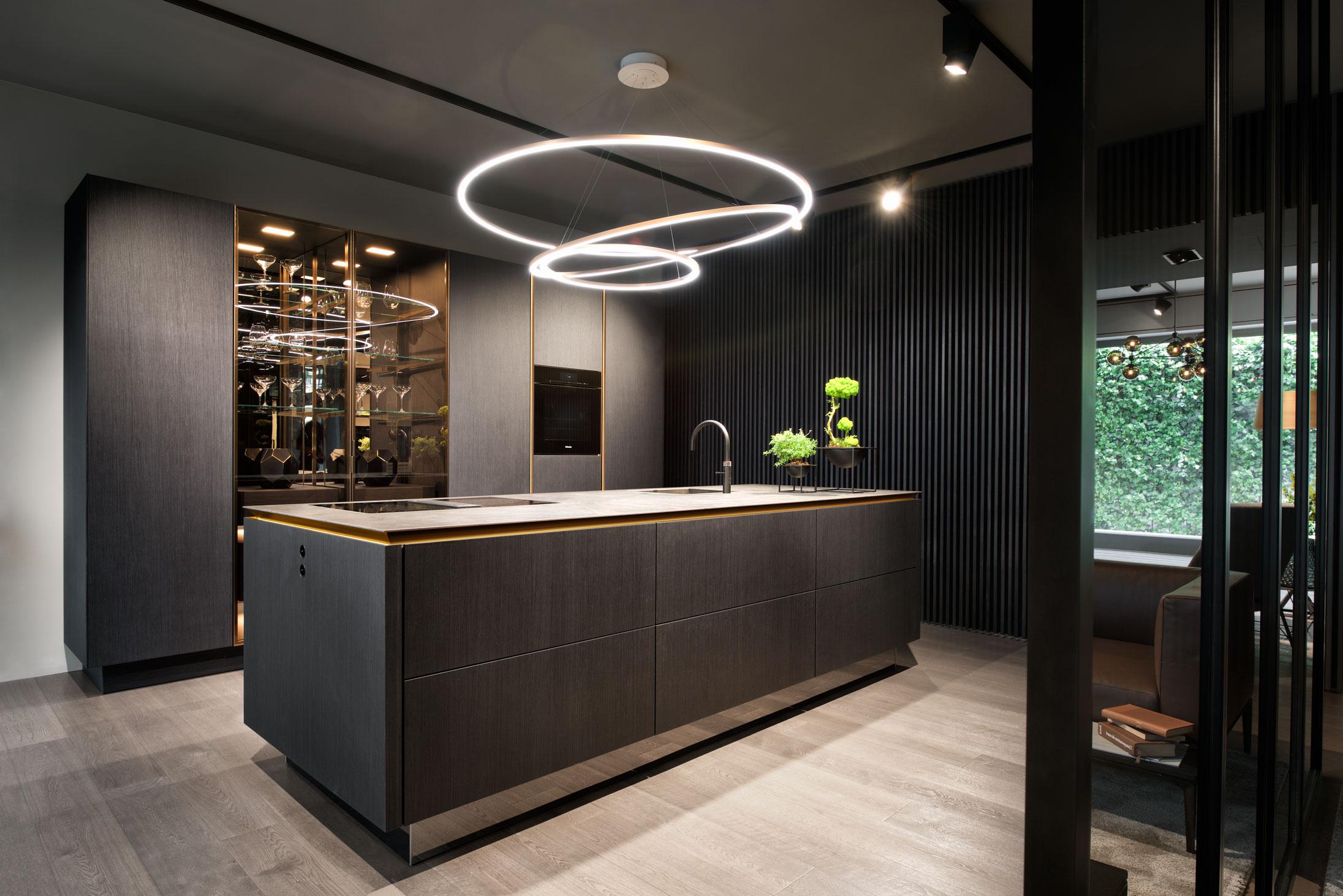Greeploze designkeuken met kookeiland en LED-verlichting in de greep. SieMatic Pure designkeuken #siematic #keukeninspiratie #designkeuken #ledverlichting #keuken #kookeiland