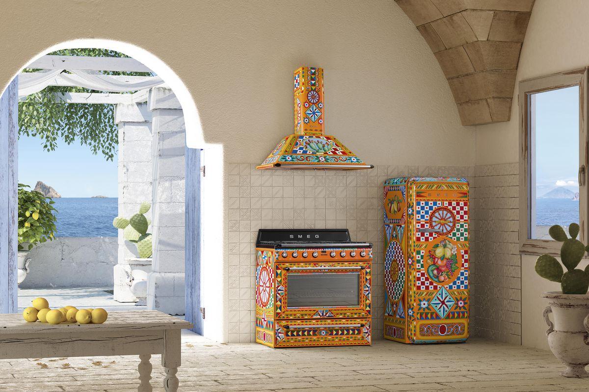 Smeg Victoria fornuis met bijpassende afzuigkap in samenwerking met Dolce & Gabbana #fornuis #keuken #madeinitaly #smeglove #smeg #dolcegabbana