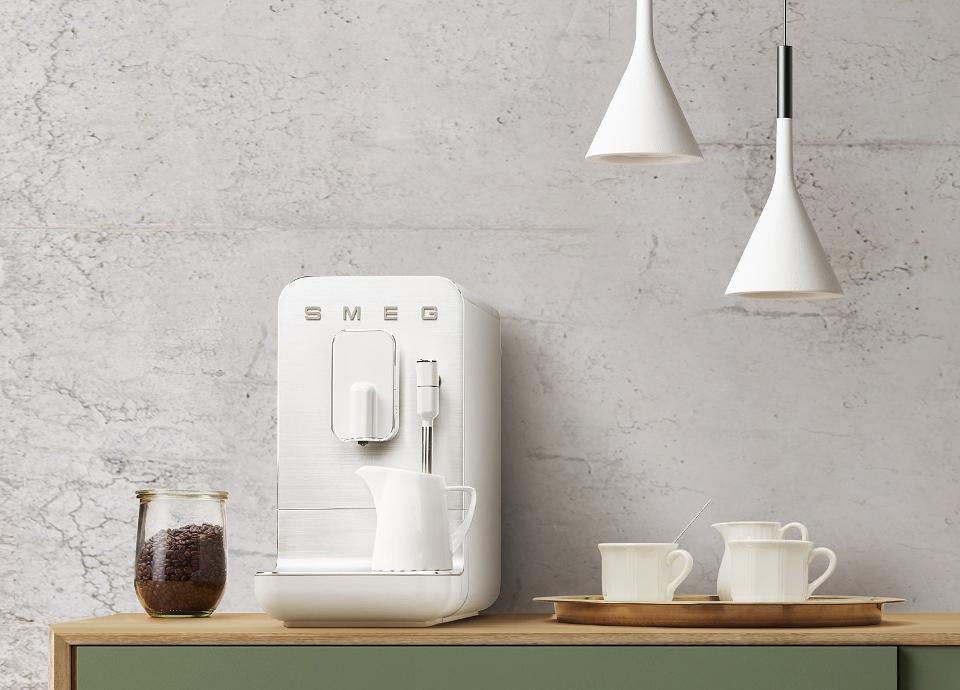 Smeg Bean to Cup automatische koffie volautomaat in 50'stijl #smeg #koffie #koffievolautomaat #keuken #keukenidee