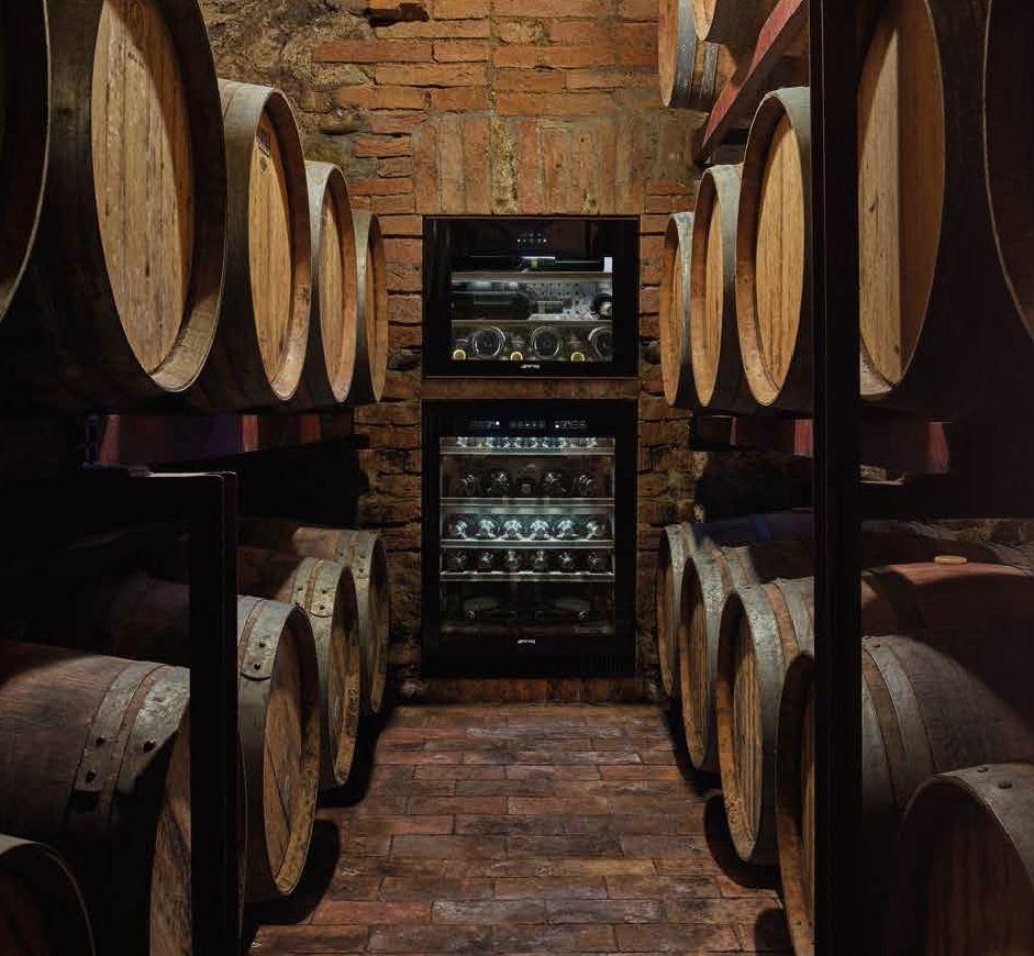 Wijnklimaatkast van Smeg uit de Dolce Stil Novo lijn. Door de separaat instelbare temperatuurzones garanderen de wijnklimaatkasten van Smeg optimaal behoud van witte, rode en rosé wijnen, maar ook van champagnes en dessertwijnen #smeg #wijn #wijnklimaatkast #wijnkelder #keuken