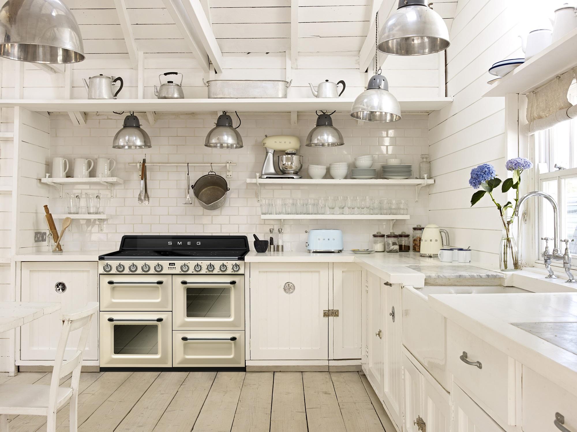 Retro Keukenapparatuur : Keuken met Smeg fornuis en klein huishoudelijke apparatuur van Smeg in