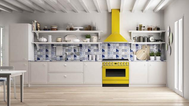 Witte keuken met Smeg fornuis Portofino in de kleur geel. De Portofino fornuizen van Smeg zijn er in zeven kleuren en in het rvs. #smeg #smeglove #fornuis #keuken #geel