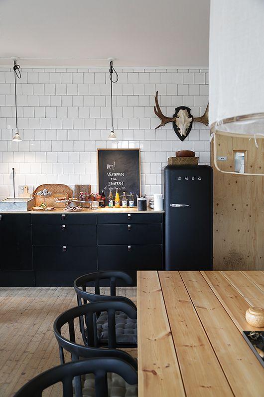 Zwarte keuken met Smeg koelkast #smeg #keuken