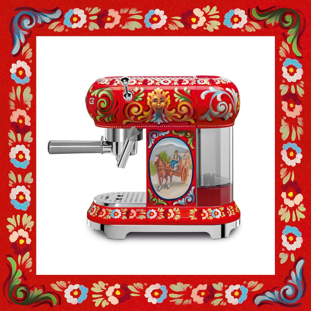 Smeg koffiemachine 50's style - design Dolce&Gabbana collectie Sicily is my love #keuken #keukenapparaten #DGsicilyismylove #koffie